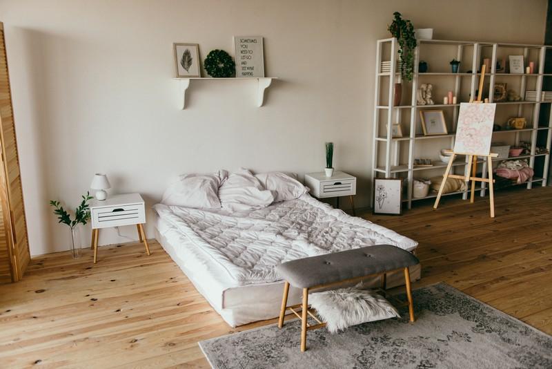 chambre décorée avec un parquet posé au sol