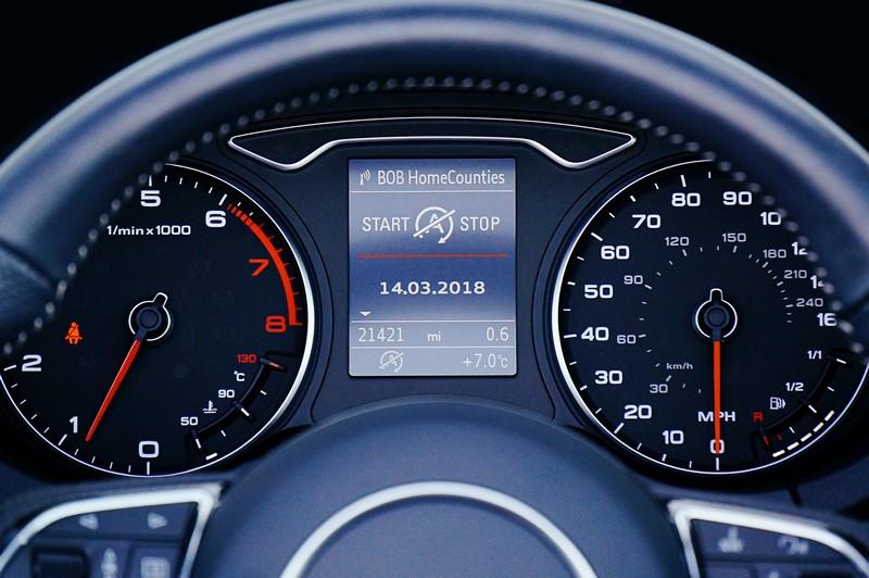 tableau de bord d'une voiture avec jauge essence et kilométrage