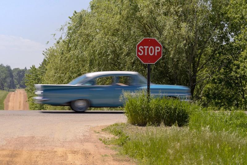 vieille voiture américaine qui grille un stop