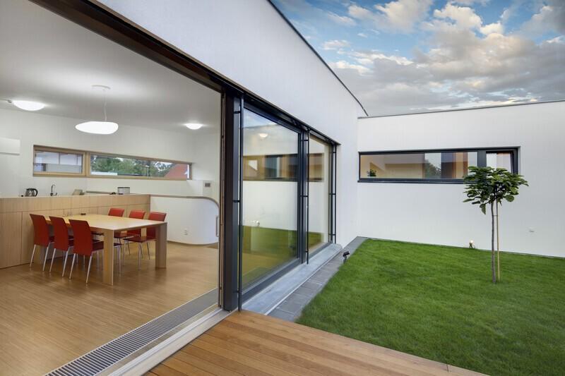 baie vitrée ouverte dans une maison moderne