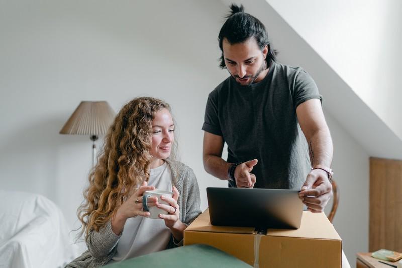 couple qui emménage et configure la box