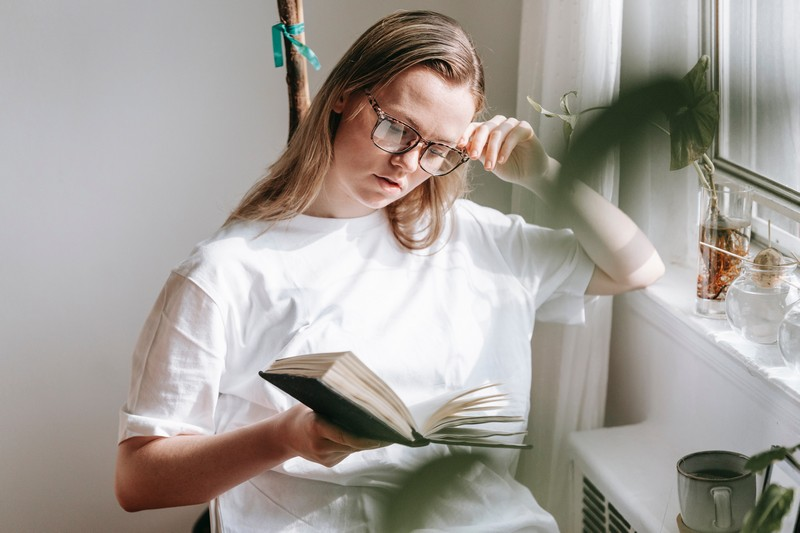 femme qui lit devant un radiateur