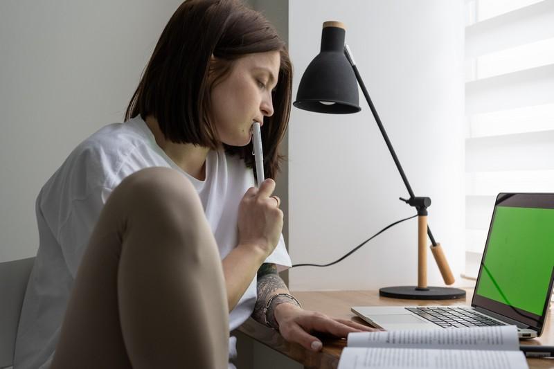 femme qui travaille sur son ordinateur portable