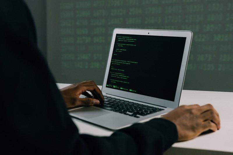 homme qui recherche des données sur son ordinateur