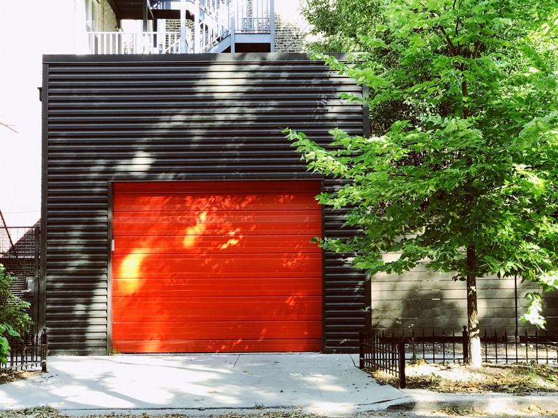 porte de garage coulissante en PVC rouge