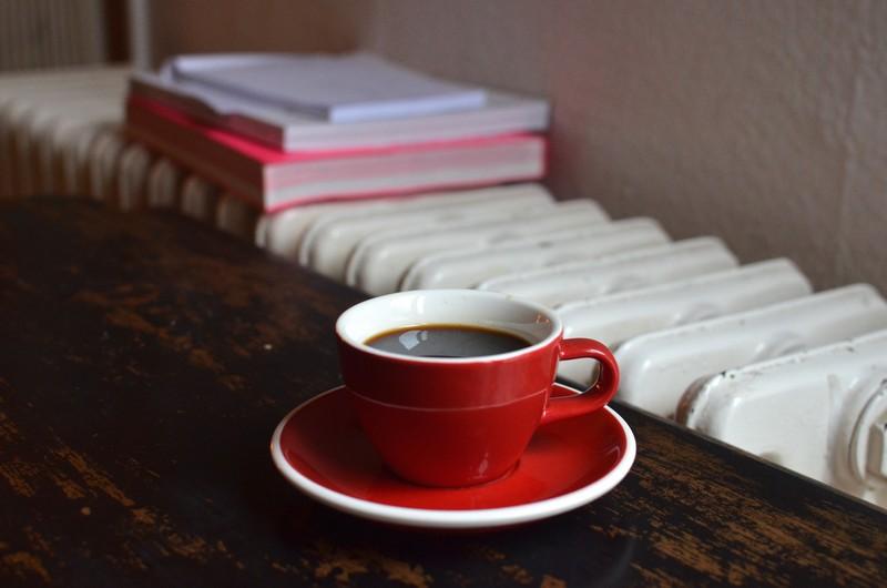 tasse de café posée devant un radiateur