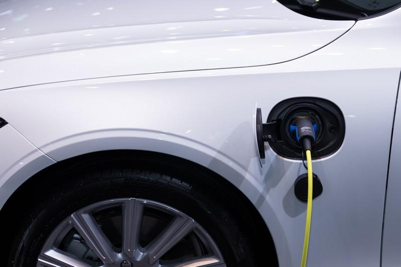 voiture électrique qui est en train de recharger