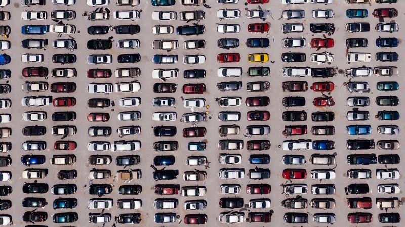 voitures dans une casse vues de haut